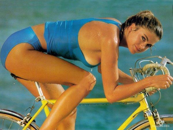 Девушки на велосипедах (49 фото)