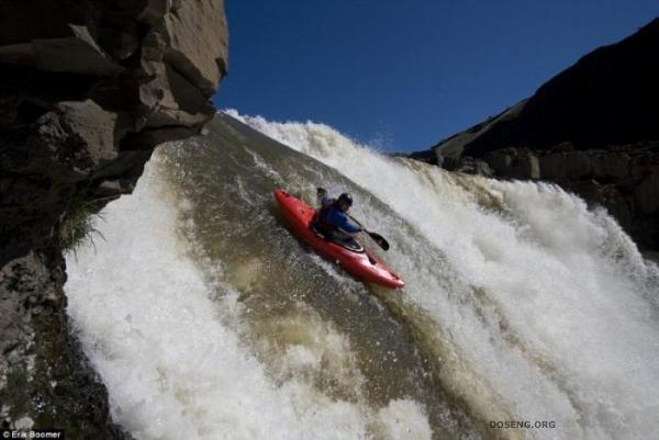 Экстремал-байдарочник сиганул с водопада (4 фото)