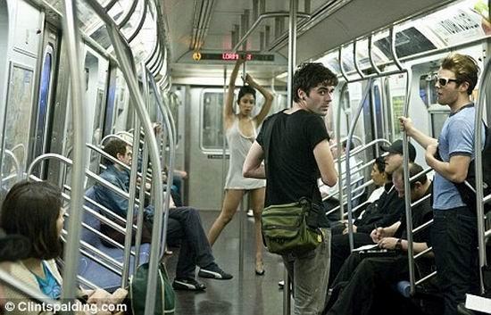 Стриптиз в метро (3 фото)