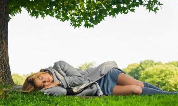 Почему надо спать ночью и непременно в темноте