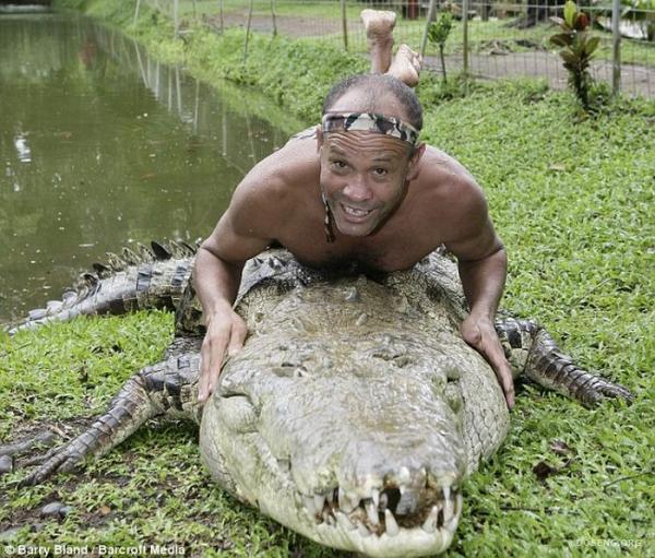 Дрессировщик крокодилов (4 фото)