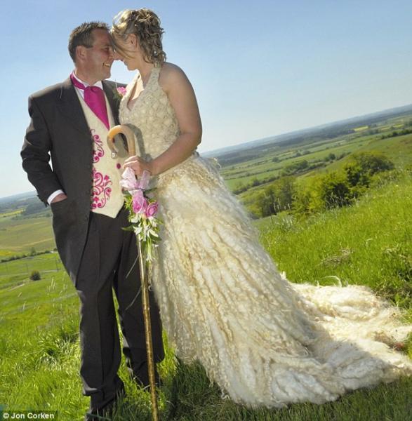 Оригинальное свадебное платье (3 фото)