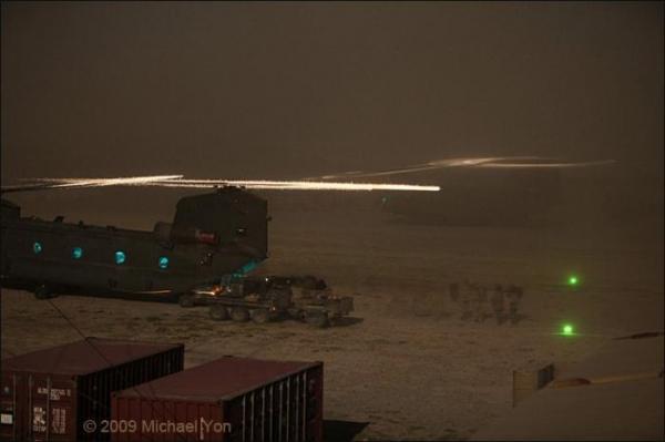 Посадка вертолета ночью (29 фото)