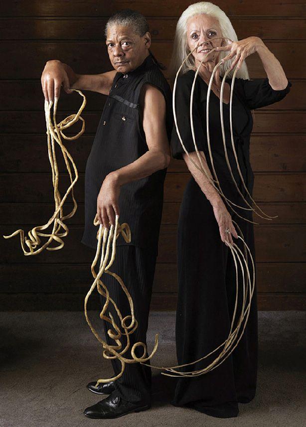 ...обладатели самых длинных ногтей в мире, Мелвин Бут и Ли Редмонд.