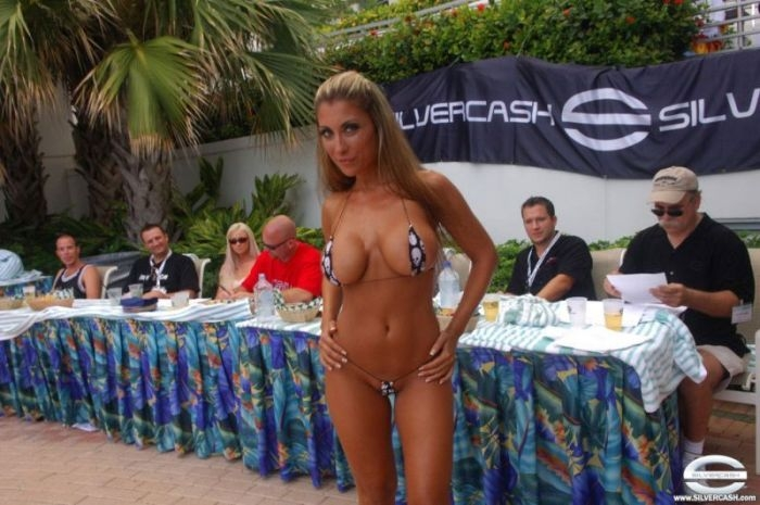 festival-golih-devushek-striptiz-video-mini-bikini