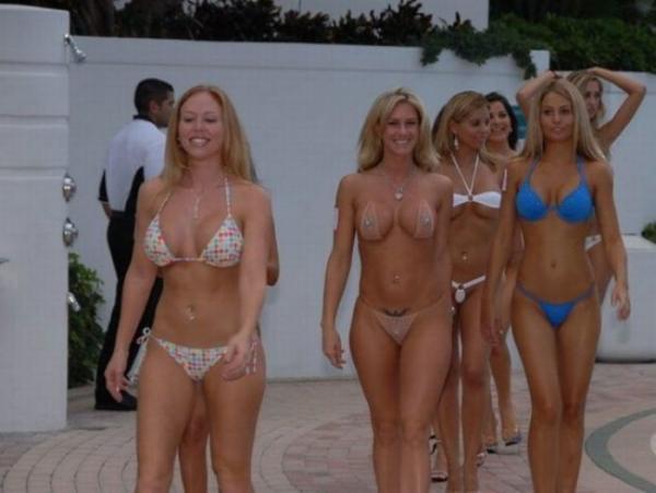 Среди голых женщин фото