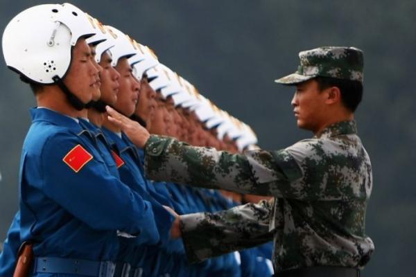 Подготовка к параду китайских летчиков