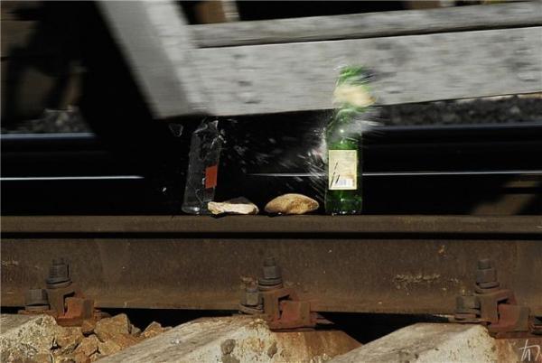 Опасные игры с поездом (9 фото)