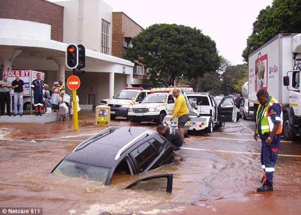 Новая машинка Volkswagen Polo медленно уходит под воду