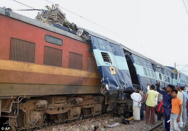 Два пассажирских поезда столкнулись в Индии (4 фото)