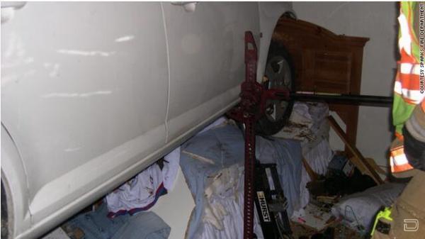 Автомобиль приземлился на кровать со спящей парой ... (7 фото)