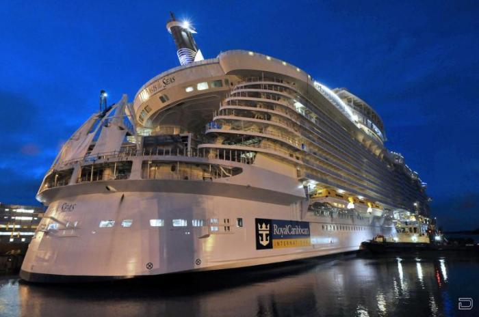 Крупнейший круизный лайнер в мире (10 фото)