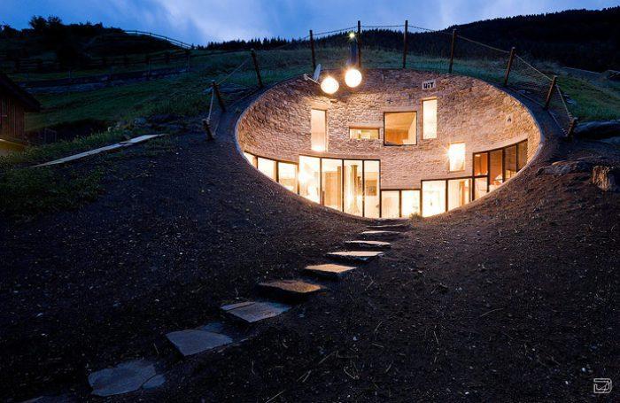 Дом в холме (26 фото)