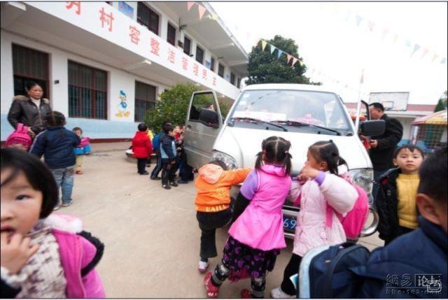 Вот так перевозят детей в Китае (6 фото)