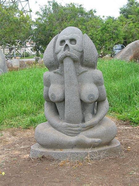 Прикольные памятники и скульптуры со всего мира (37 фото)