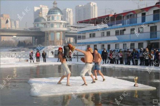 Забавное состязание - бокс на льду (4 фото)