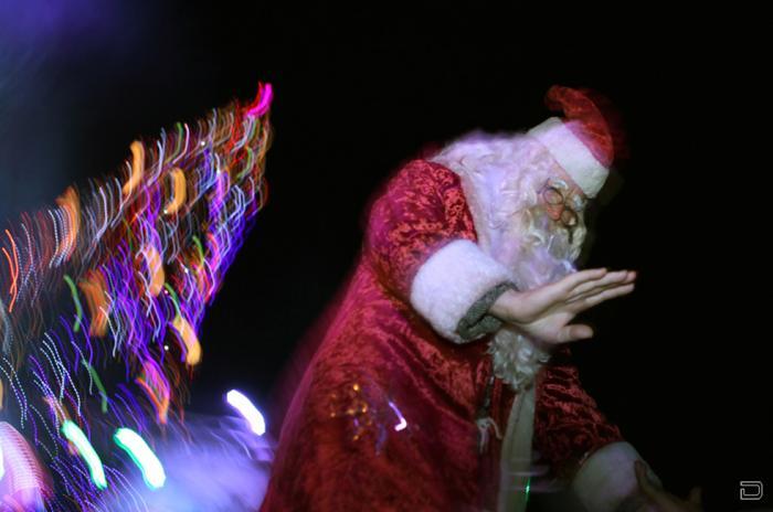 Санта Клаусы идут по миру в преддверии рождественских праздников.