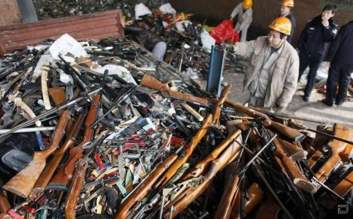 Уничтожение конфискованного оружия (6 фото)