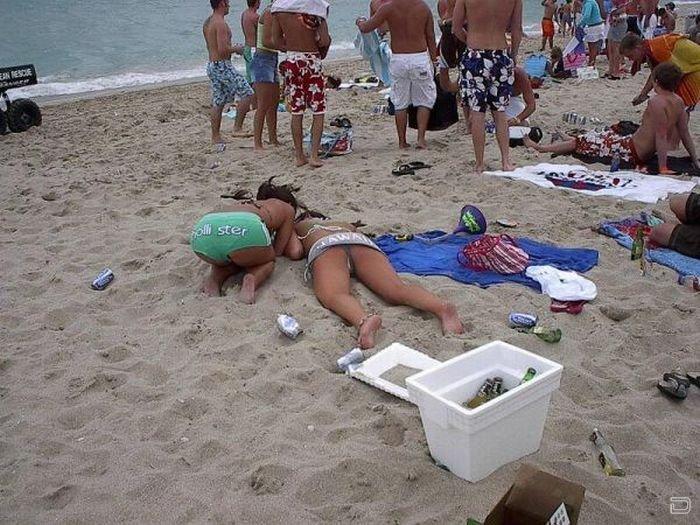 Пьяные девушки на пляже видео голые идея