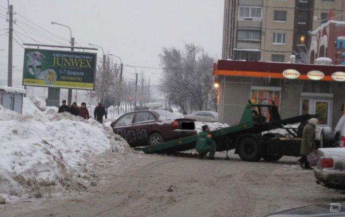 Девушка припарковалась на единственной пешеходной тропинке...