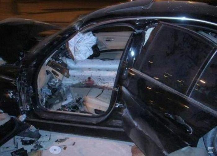 Ограждение проткнуло машину (6 фото)
