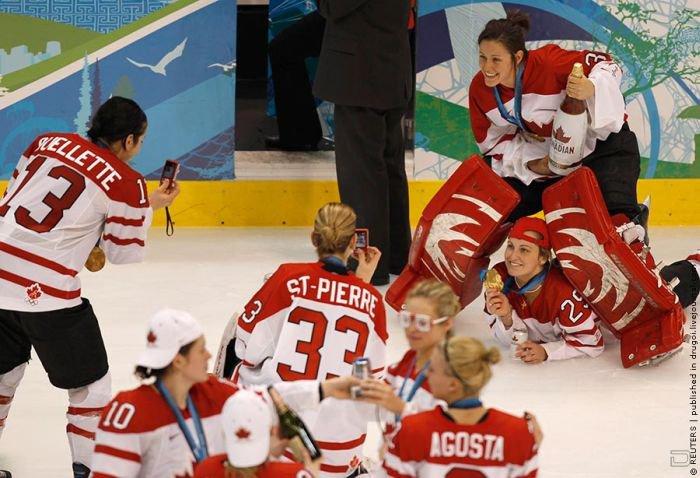Женская сборная Канады отметила свой успех прямо на льду арены