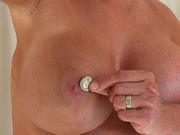 Жесть, мужичок с огромным бюстом (4 фото)