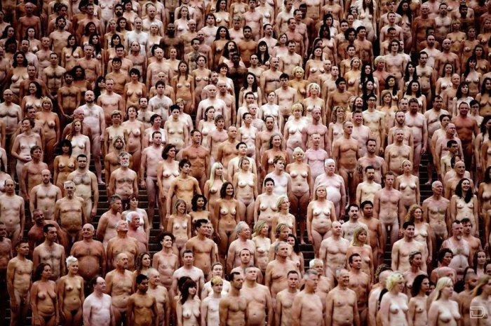 Фото много голых людей