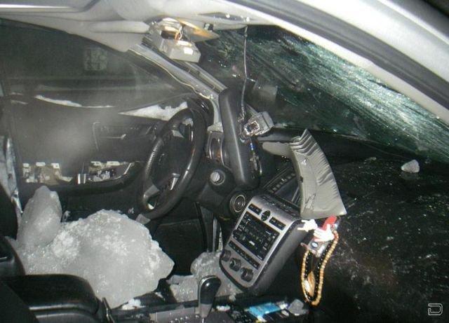 Машины пострадавшие от сход снега и льда с крыш (18 фото + 1 видео)