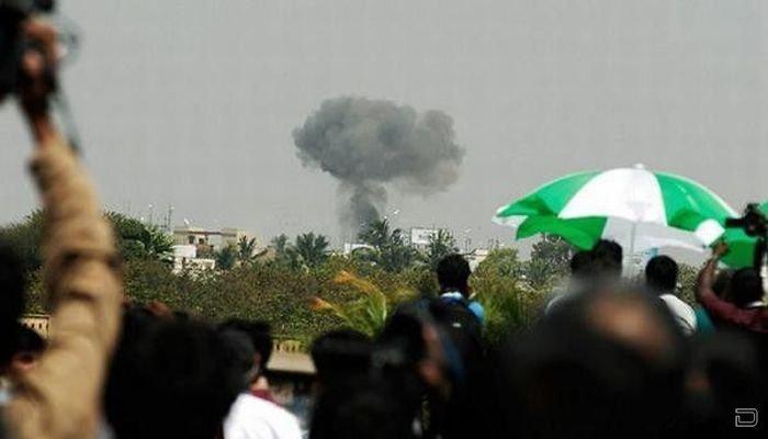 В Индии в толпу упал самолет (12 фото)