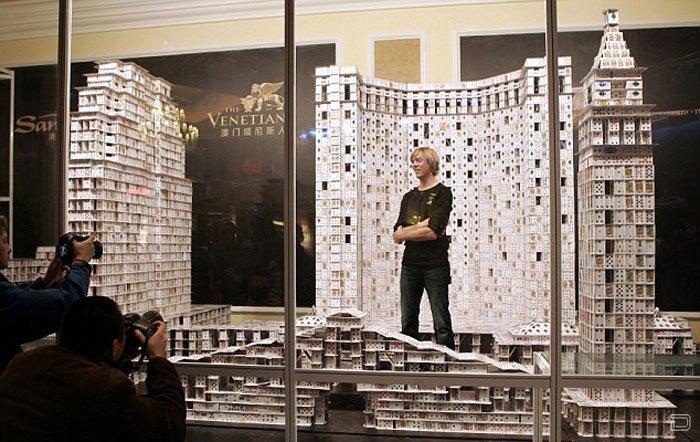 Огромный карточный домик