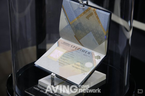 Паспорт с AMOLED экраном вместо фото (3 фото)