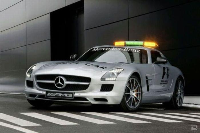 Новый Mercedes-Benz SLS AMG во главе гонки Формулы-1