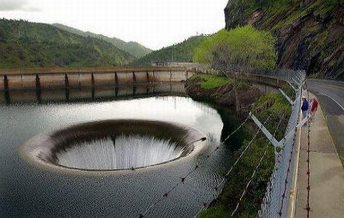 Воронка посреди озера (16 фото)