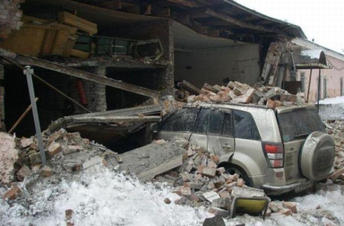 На машину упала кирпичная стена