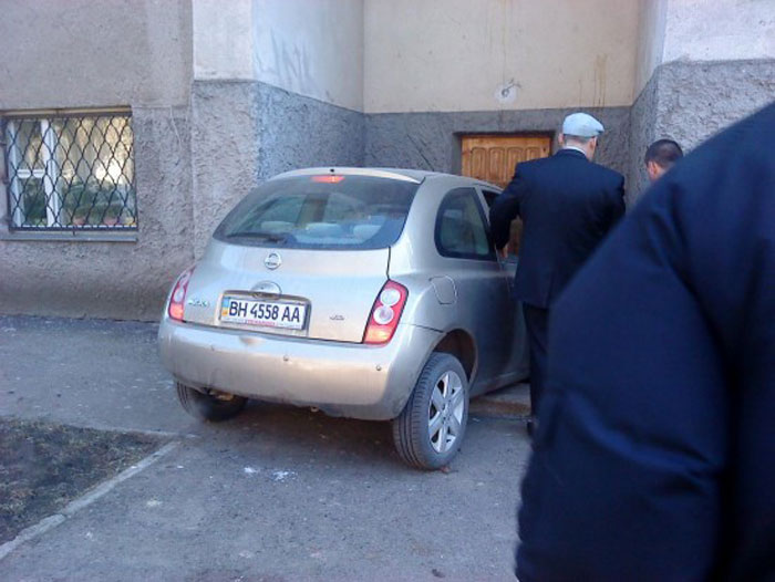 Неудачно припарковалась (2 фото)