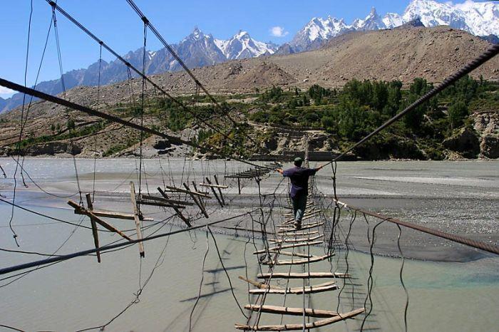Мост в Пакистане (6 фото)