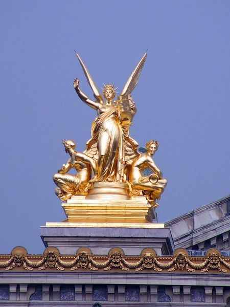 Вестибюль главной лестницы - одно из самых знаменитых мест Оперы Гарнье.  Выложенный мрамором разных цветов...