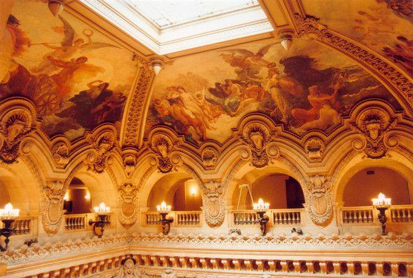 Красно-золотой зрительный зал в итальянском стиле выполнен в форме подковы.  Он освещен огромной люстрой из хрусталя...