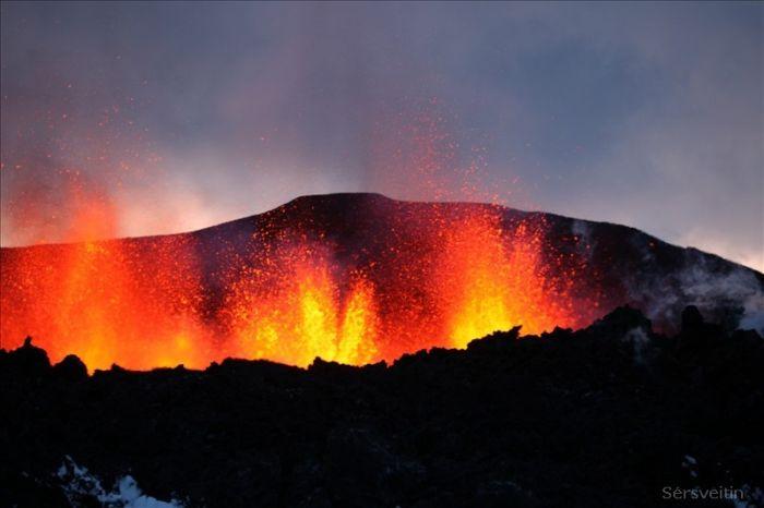 В Исландии извергается вулкан (30 фото)