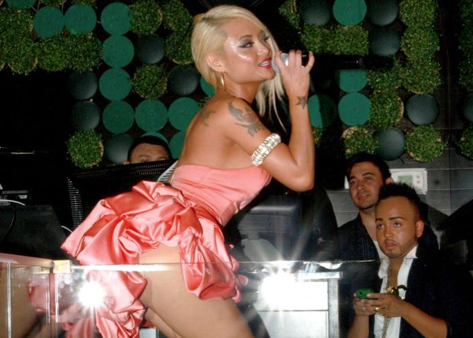Тила Текила в ночном клубе