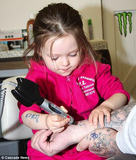 Самая маленькая в мире татуировщица Руби Дикенсон