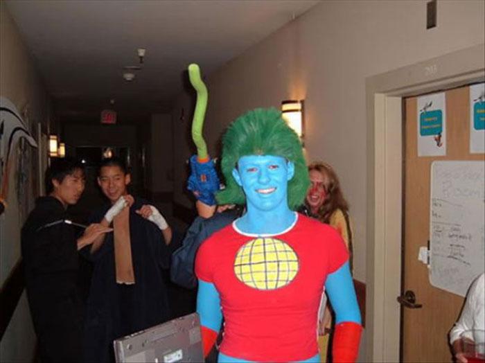 Забавные костюмы капитана Планеты (25 фото)