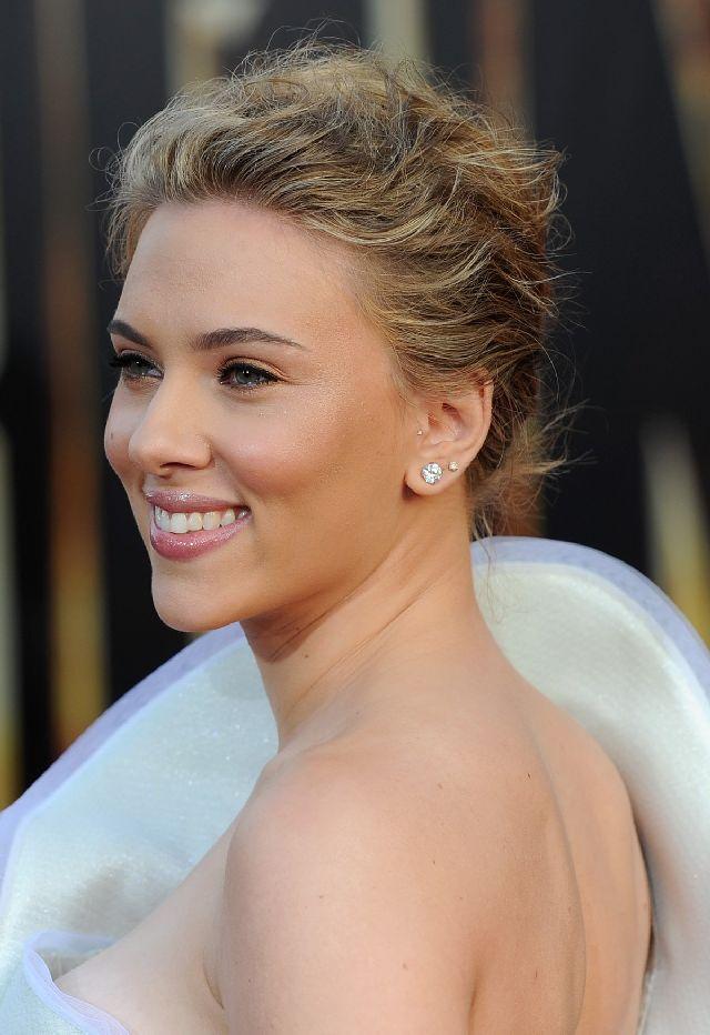 Прекрасная Scarlett Johansson в очаровательном наряде