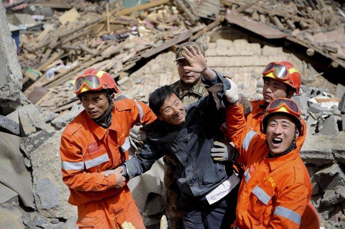 Спасение выживших после землетрясения в Китае