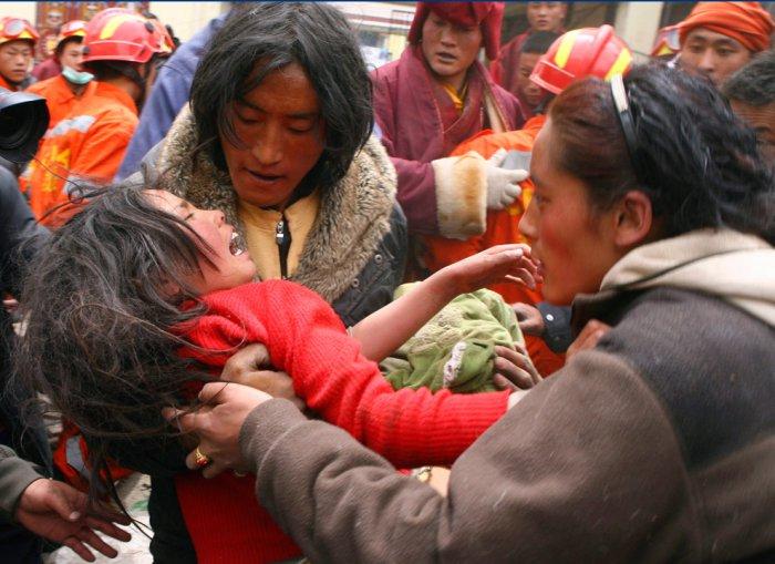 Спасатели продолжают искать выживших после землетресения в Китае