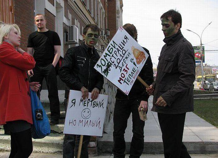 Первомайское шествие молодых людей с бессмысленными лозунгами (33 фото)