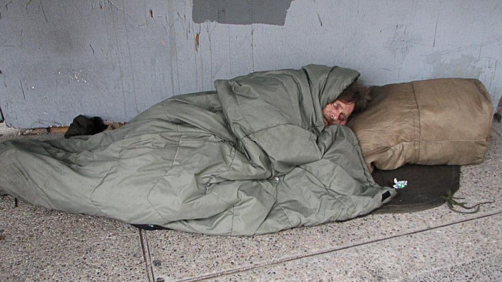 Ролик бомж в одеяле фото 237-639
