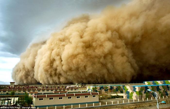 Песчаный шторм атакует (3 фото)