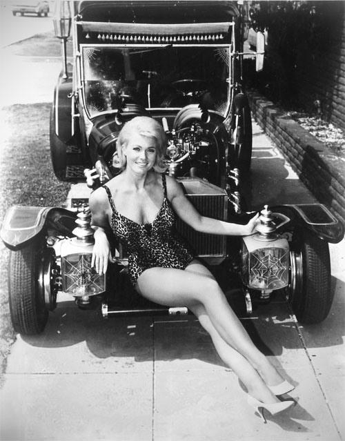 Девушки и автомобили (20 фото)